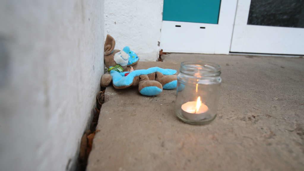 Baby unter den Toten: Vier Leichen in Wohnung gefunden – Ermittler vermuten Beziehungstat