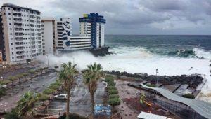 Schwere Unwetter auf beliebter Insel:Riesen-Flutwellen reißen Balkone mit