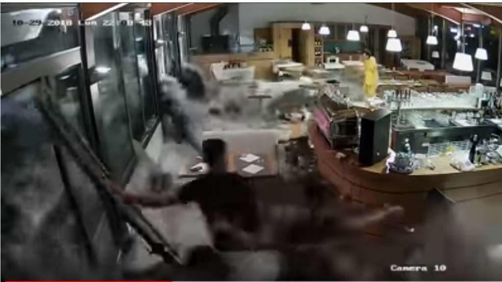 """Unwetter in Italien: Monsterwelle durchbricht Restaurantfenster – 30 Tote – Lage """"total katastrophal"""""""