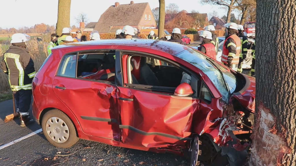 BMW-Fahrer (18) verursacht schweren Unfall – Retter halten Angehörige von Unfallstelle fern