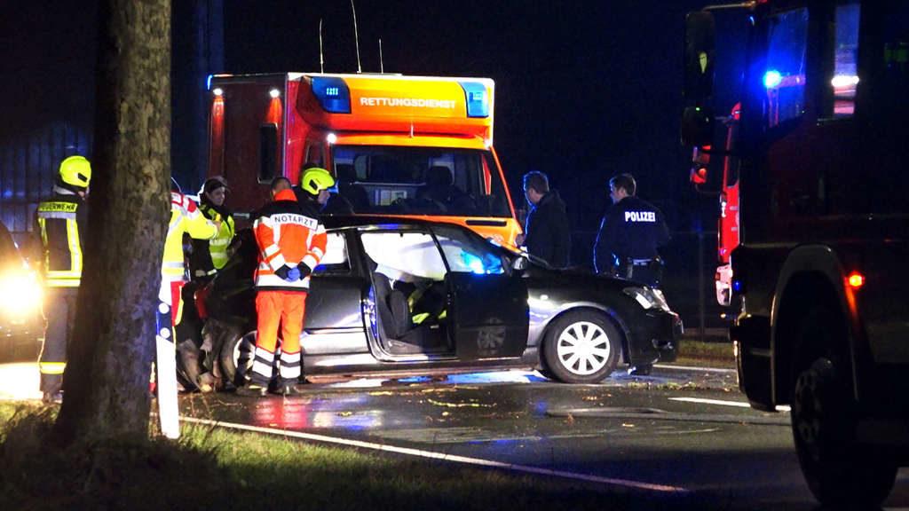 Zu sechst im Auto! Fahranfänger baut Unfall – Junger Mitfahrer stirbt