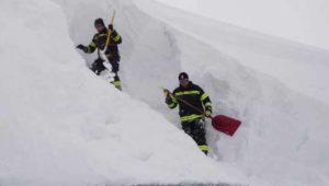 Dachlawine: Arbeiter stürzen beim Schaufeln sechs Meter in die Tiefe – ein Toter