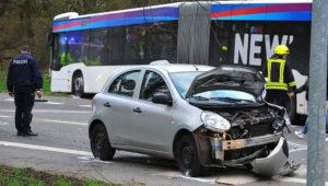 Bus prallt mit Autos zusammen – zahlreiche Schwerverletzte
