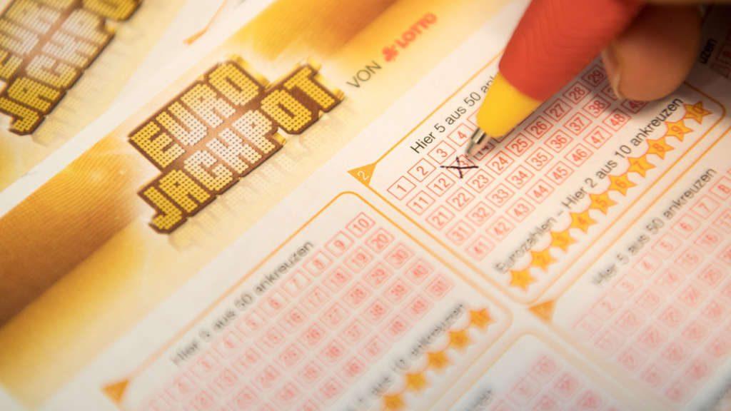 Lotto:Altenpflegerin gewinnt vermeintlich 55 Millionen Euro – jetzt drohen ihr rechtliche Konsequenzen